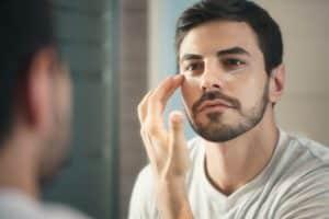 Gibt es Augencremes für Männer? - Beitragsbild Praxisumschau.org