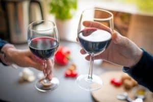 Falten unter den Augen - Alkohol und Rauchen führt zur Bildung von Falten