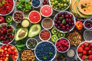 Falten unter den Augen - Ungesunde Ernährung führt zur Bildung von Falten - Titelbild