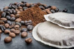 Falten unter den Augen behandeln mit Kaffeepads