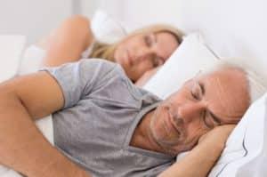 Falten unter den Augen behandeln mit ausreichend Schlaf - Was hilft gegen Augenfalten?