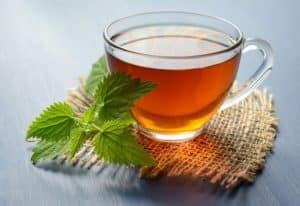 Falten unter den Augen behandeln mit schwarzem Tee