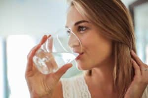 Falten unter den Augen - Zu wenig Trinken führt zu Augenfalten