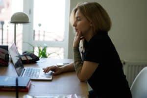 Zornesfalte entfernen - Hohe Bildschirmzeiten lassen eine Zornesfalte entstehen